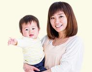 子どもを抱っこする写真